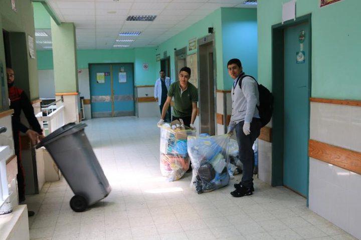 جامعة فلسطين تنظّم يومًا تطوعيًا لتنظيف مستشفى شهداء الأقصى