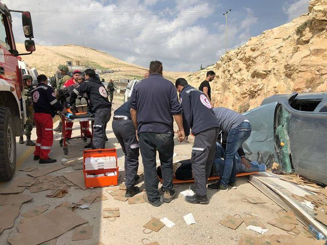 إصابة 6 مواطنين في حادث سير شرق القدس