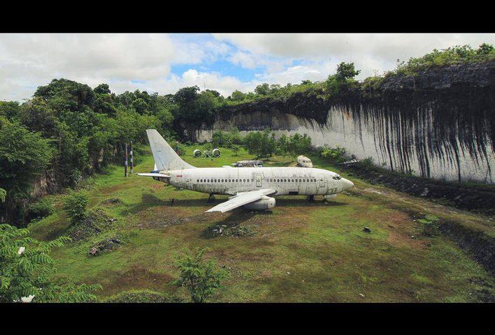 فيديو .. طائرة غامضة تتحول إلى وجهة سياحية في إندونيسيا