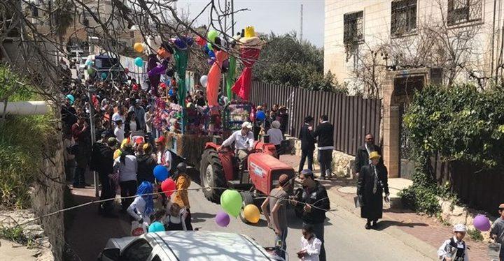 """مستوطنون يحتفلون بعيد """"المساخر"""" وسط الخليل"""