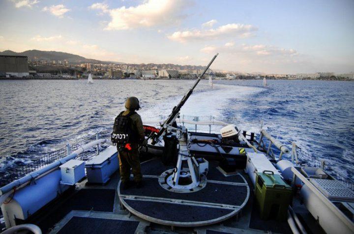 زوارق الاحتلال تستهدف الصيادين ومراكبهم في بحر شمال غزة