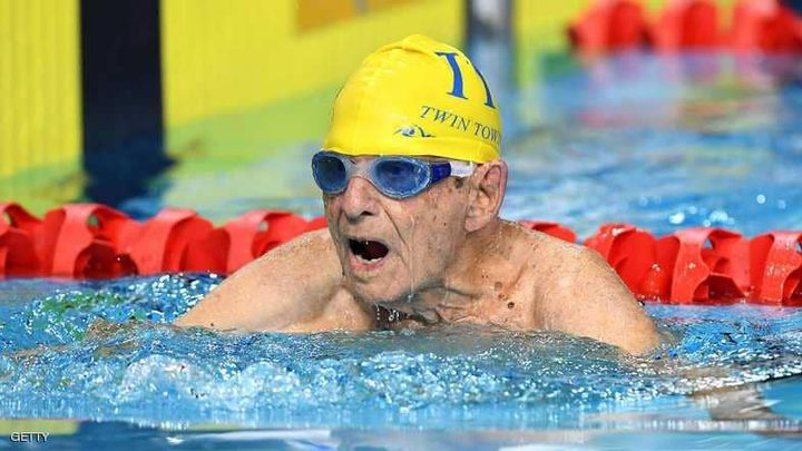 عمره 99 عاما.. ويحطم رقما قياسيا في السباحة