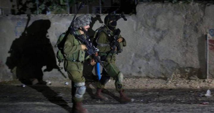 الاحتلال يعتقل ثلاثة شبان ويستدعي آخرًا