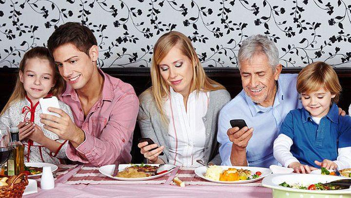 استخدام الهاتف خلال تناول الطعام يفقدك شعورك بالسعادة