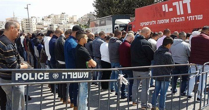 صلاة الجمعة عند مدخل قرية العيسوية... تنديداً بسياسة الاحتلال