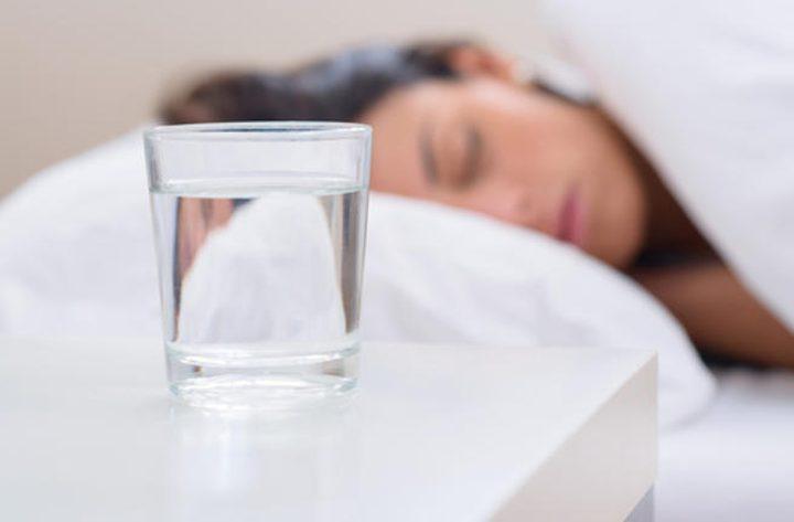 لهذه الأسباب لا تشرب الماء قبل النوم مباشرة!