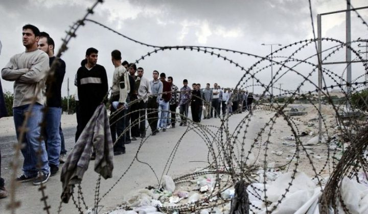 """إسرائيل تحتجز 10 مليارات دولار """"أموال مستحقة"""" للعمال الفلسطينيين"""