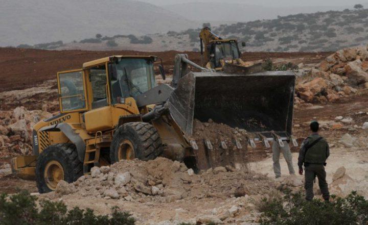 الاحتلال يغلق مدخل قرية المغير بالسواتر الترابية