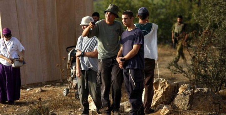 رام الله: مستوطنون يهاجمون مزارعين ويجبرونهم على مغادرة أراضيهم