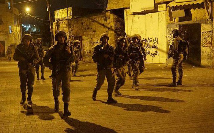 حملة اقتحامات واعتقالات طالت 13 مواطناً في مختلف مدن الضفة