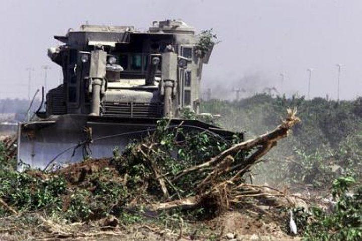 مستوطنون يجرفون أراضي للمواطنين جنوب نابلس