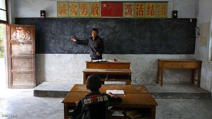 طالب واحد بالفصل.. والمعلم يشرح الدروس كاملة