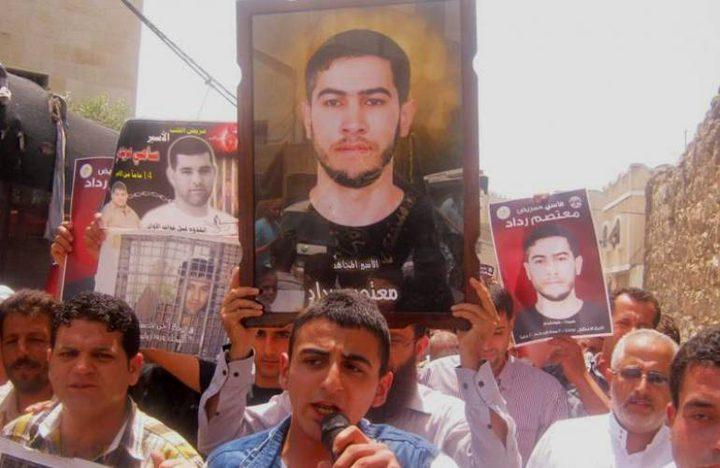 ذوو الأسرى يطالبون بإطلاق سراح الأسير المريض معتصم رداد