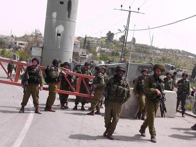 الاحتلال ينصب حاجزا عسكريا على مدخل الريف الغربي