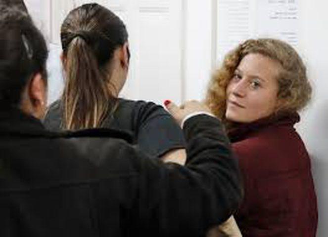 """ناشطة يسارية تصفع جندياً """"إسرائيلياً"""" خلال محاكمة عهد التميمي"""
