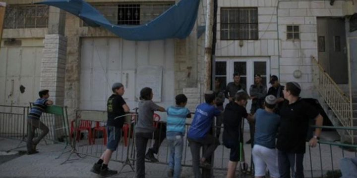 المستوطنون ينسحبون من منزل عائلة ابو رجب