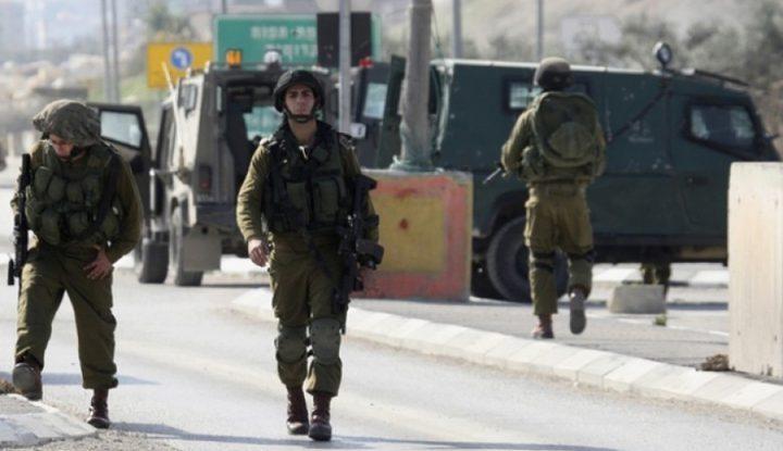 قوات الاحتلال تنصب حاجزاً على مدخل بلدة يطا جنوب الخليل