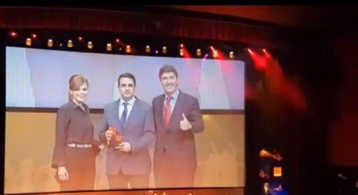 فلسطيني يحصل على جائزة افضل موظف في اسبانيا