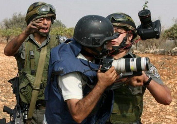 الاحتلال يواصل احتجاز الصحفي بكر عبد الحق