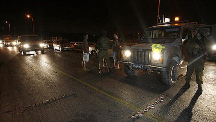 قوات الاحتلال تغلق حاجز حوارة جنوب نابلس وتشرع بتفتيش مركبات المواطنين