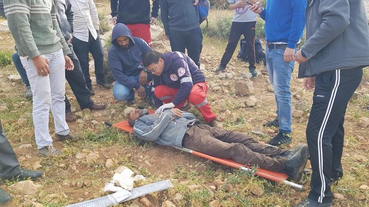 بالصور: مستوطنون يعتدون بالضرب على مزارع بالخليل