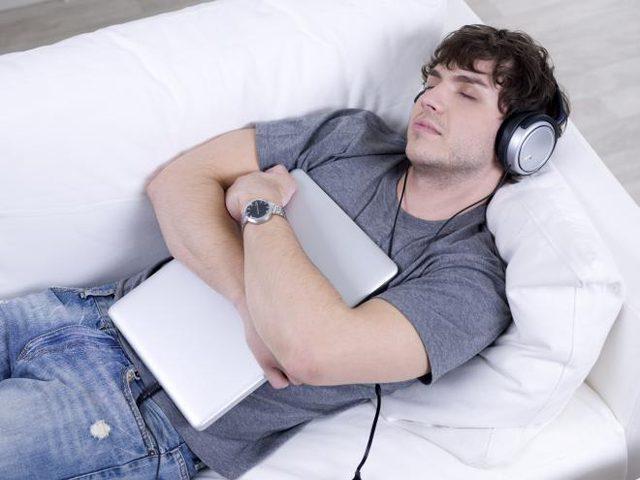 الاستماع إلى لغة أجنبية أثناء النوم يساعد على تعلمها