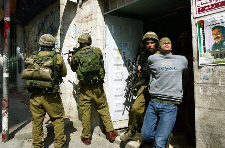 الاحتلال يحتجز 4 شبان من نابلس لساعات ويعتقل أحدهم