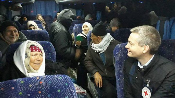 """دفعة من أهالي اسرى غزة تتجه لزيارة أبنائها في سجن """"نفحة"""""""