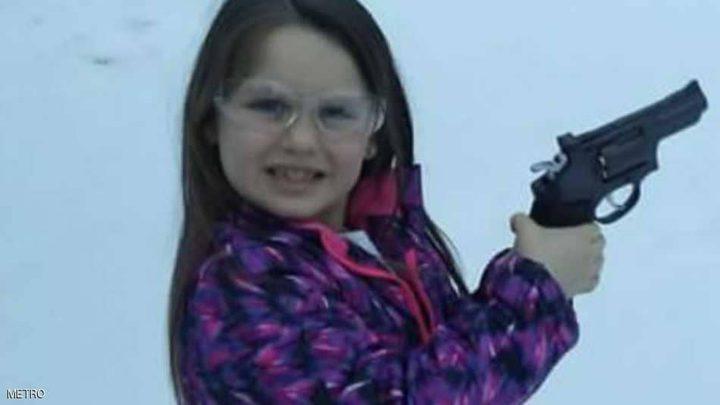 أمريكي يشتري لابنته مسدساً للدفاع عن نفسها!