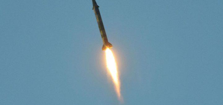 اعتراض 7 صواريخ بالستية حوثية في أجواء السعودية وشظاياها تخلّف قتيلاً