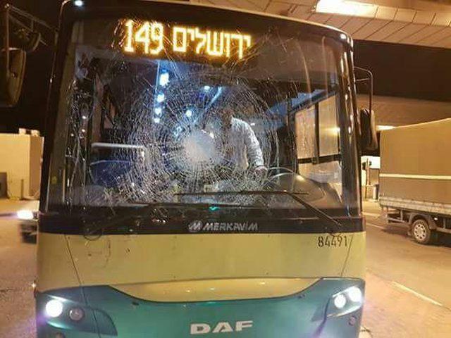 الإحتلال يزعم تضرر حافلة للمستوطنين واستهداف منزلًا بالزجاجات الحارقة في القدس