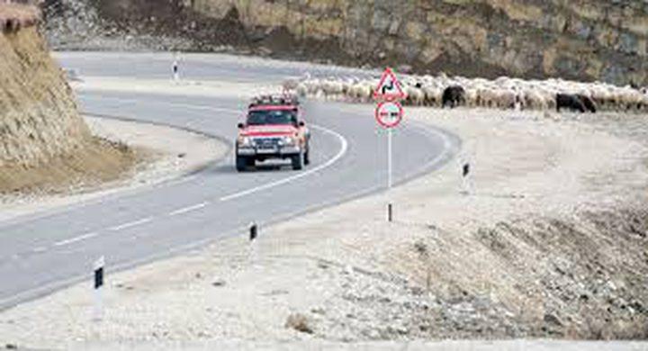 رجل يشق طريق بطول 8كم حتى يتمكن أبناؤه من زيارته!