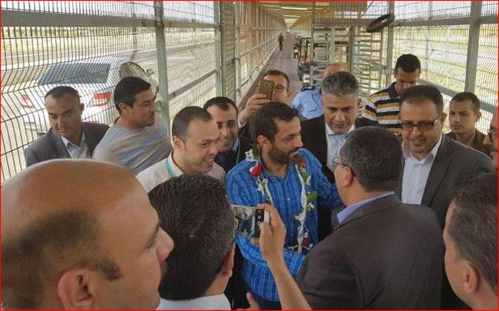 """قوات الاحتلال تفرج عن """"رمزي أبو عنزة"""" مدير في شركة """"جوال"""""""