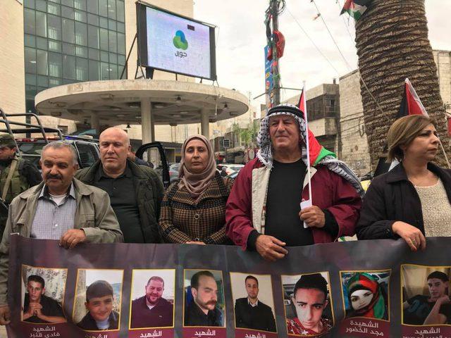 بالصور.. وقفة في نابلس تطالب باسترداد جثامين الشهداء المحتجزة