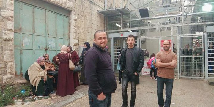 الاحتلال يمنع معلمي مدرسة قرطبة بالخليل من عبور حاجز شارع الشهداء