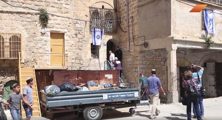 مستوطنون يستولون على منزل عائلة الزعتري في الخليل (فيديو)