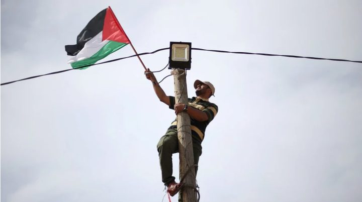 شابان من غزة يجتازان السياج الأمني ويضرمان النار بآلية إسرائيلية