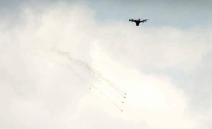 الاحتلال يستعين بطائرات لإطلاق الغاز على المشاركين بمسيرات العودة (صور)