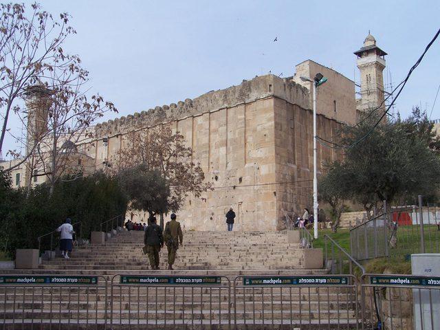قوّات الاحتلال تعتقل مواطِنَين في محيط الحرم الإبراهيمي