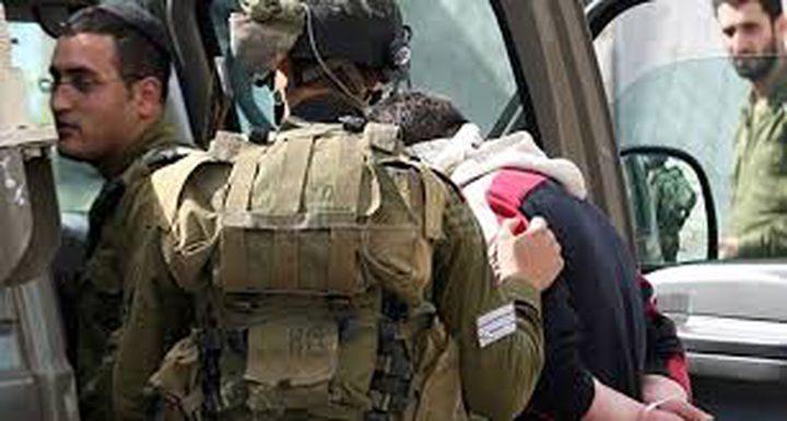 عناصر الاحتلال يعتقلون مواطنًا بعد الاعتداء عليه بالضرب في قرية ام الخير جنوب الخليل