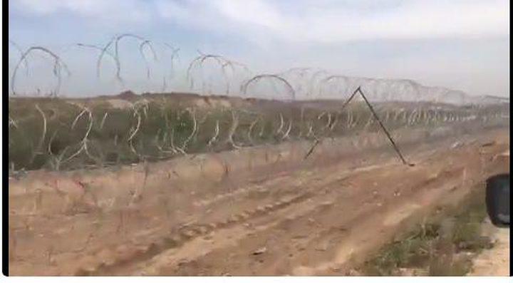 جيش الاحتلال ينشر الأسلاك الشائكة على طول حدود غزة