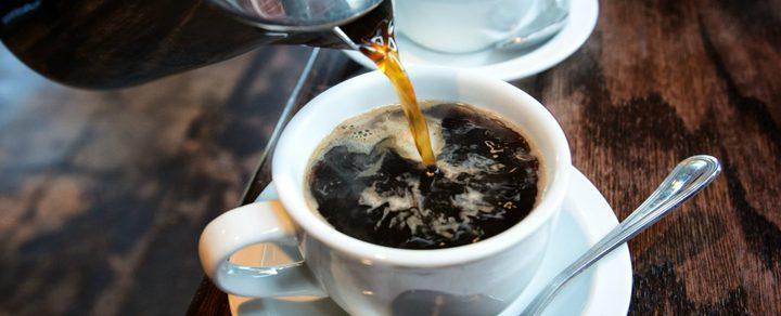 قاض أمريكي : يجب وضع تحذيرات على علب القهوة بأنها مسببة للسرطان