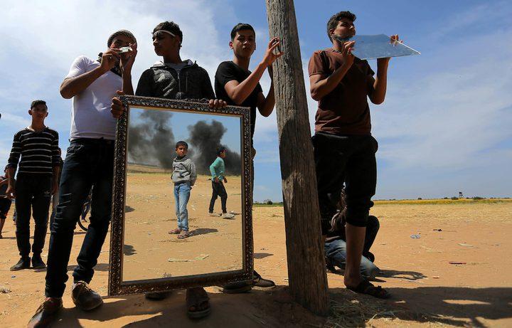 """""""المهرج"""" يتحدى القناصة الإسرائيلية بـ""""البسمة"""" على حدود غزة"""