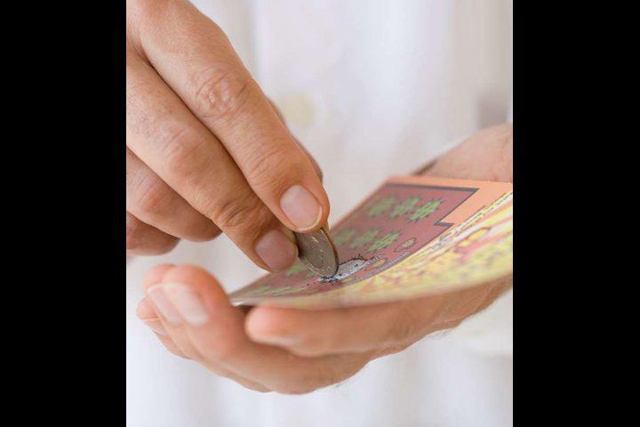 مراهقة تفوز بالجائزة الكبرى في أول محاولة لشراء ورقة يانصيب