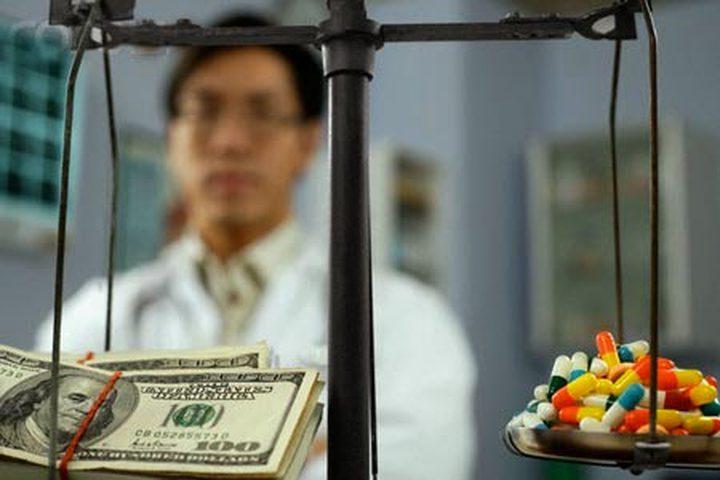 ترويج الأطباء لمنتجات شركات الأدوية والمريض يدفع الثمن