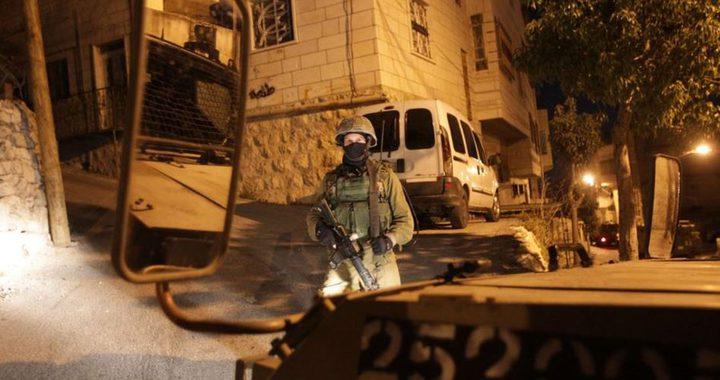 قوات الاحتلال تداهم منازل وتعتقل مواطنين قرب نابلس