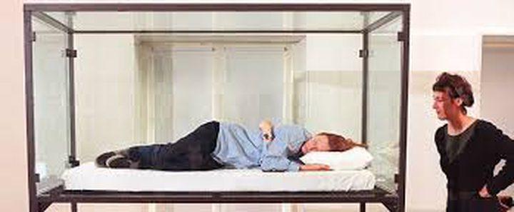 اسبانية تعيش في صندوق زجاجي بسبب مرض نادر!