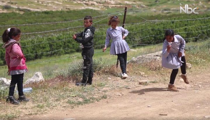 """طلاب مدرسة التوانة يشقون طريقهم من وسط مستوطنة """"معون"""" للوصول لمنازلهم"""