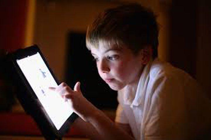 ادمان الأطفال وصل لدرجة تمرير أصابعهم على الكتب كما الأجهزة الذكية!