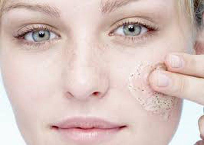نصائح لتقشير الوجه بطريقة صحيحة دون التسبب بأذى البشرة